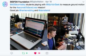 Etudiants en train de coder sous Arduino le détecteur d'activité sismique vu sur le compte Twitter de Sigfox Fondation
